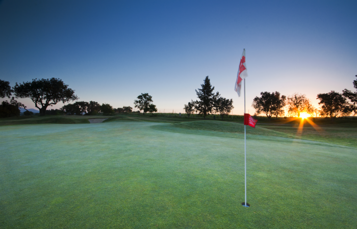 Green with flagstick in the Vale da Pinta Golf Course
