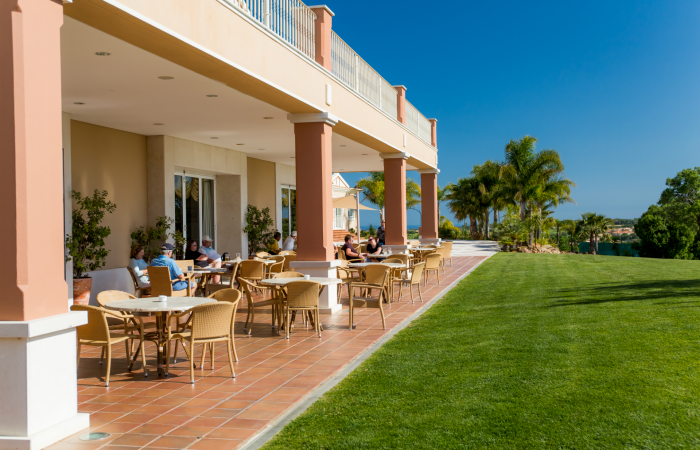 Boavista Golf with restaurant and tables outside