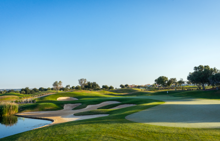 Sand bunkers on the left side and green on te right side
