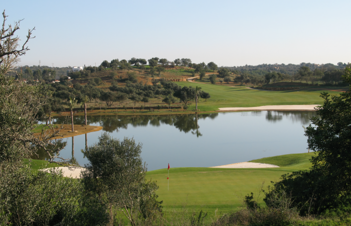 Green and lake in the Silves Golf Course
